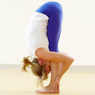 tecnica-yoga-Uttanasana-prevenir-caida-del-cabello