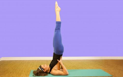 tecnica yoga sarvang asana para prevenir la caída del cabello